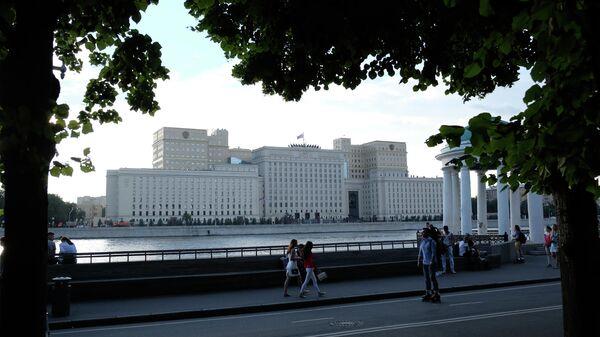 Вид с Пушкинской набережной в Парке Горького на здание министерства обороны РФ