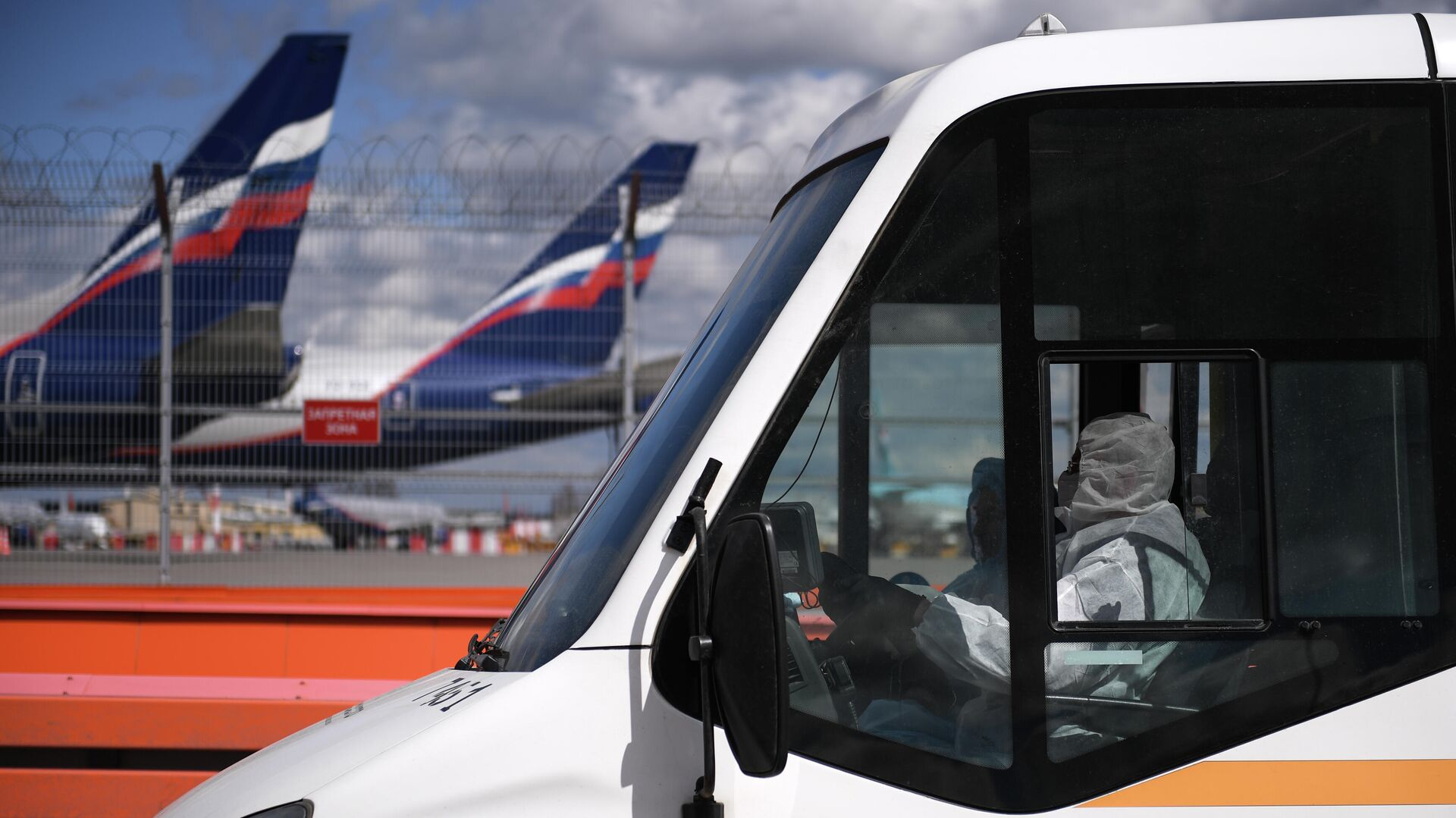 Водитель автобуса с пассажирами, прибывшими рейсом SU 103 компании Аэрофлот из Нью-Йорка, в Международном аэропорту Шереметьево - РИА Новости, 1920, 21.09.2020