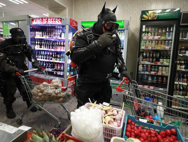 Участники флэшмоба дайверов покупают продукты в магазине в Твери