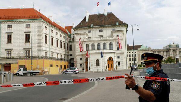 Полиция возле дворца Хофбург в Вене после поступления угрозы о взрыве