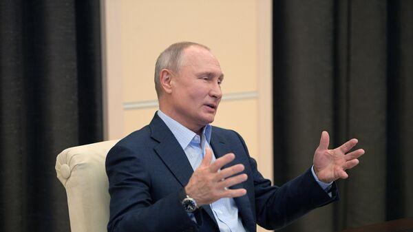 Президент РФ Владимир Путин во время онлайн-встречи с участниками общероссийской акции взаимопомощи МыВместе