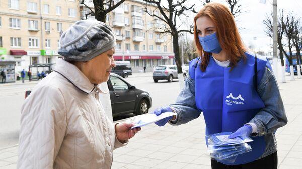 Волонтеры раздают маски