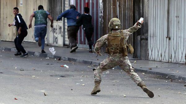 Военный во время разгона демонстрантов в Триполи, Ливан