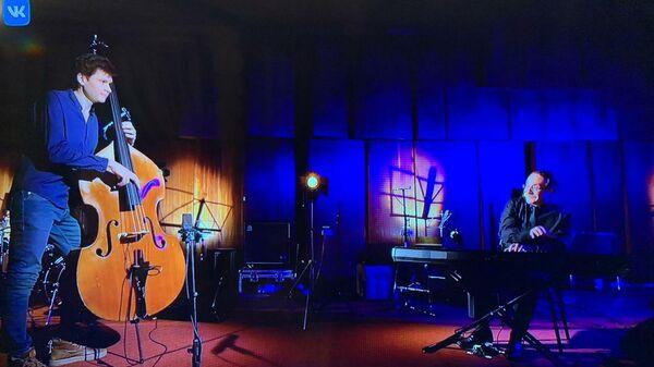 Скриншот выступления дуэта Даниила Крамера и Сергея Корчагина на благотворительном онлайн-марафоне Doctor Jazz Party