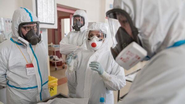 Медицинские работники в отделении реанимации и интенсивной терапии в стационаре для больных с коронавирусной инфекцией
