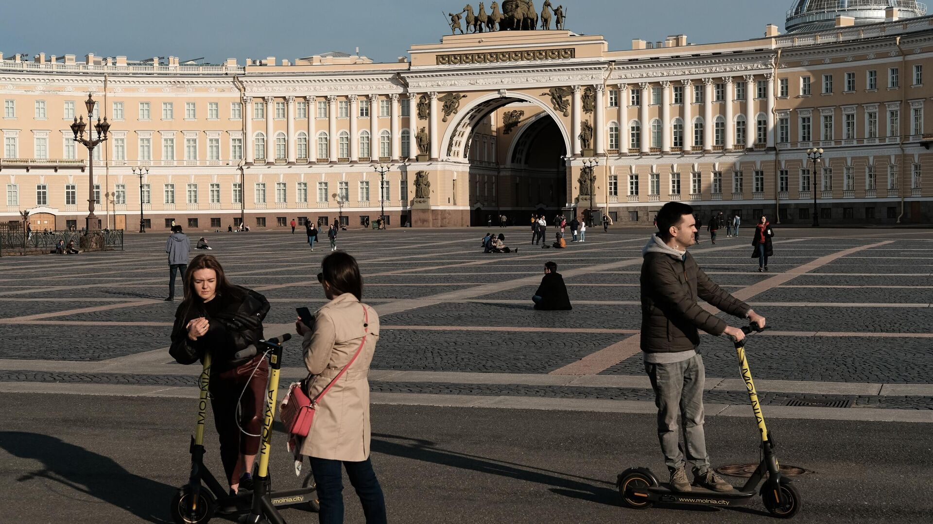 Люди на Дворцовой площади в Санкт-Петербурге - РИА Новости, 1920, 09.06.2021