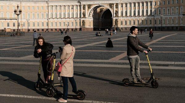 Люди на Дворцовой площади в Санкт-Петербурге