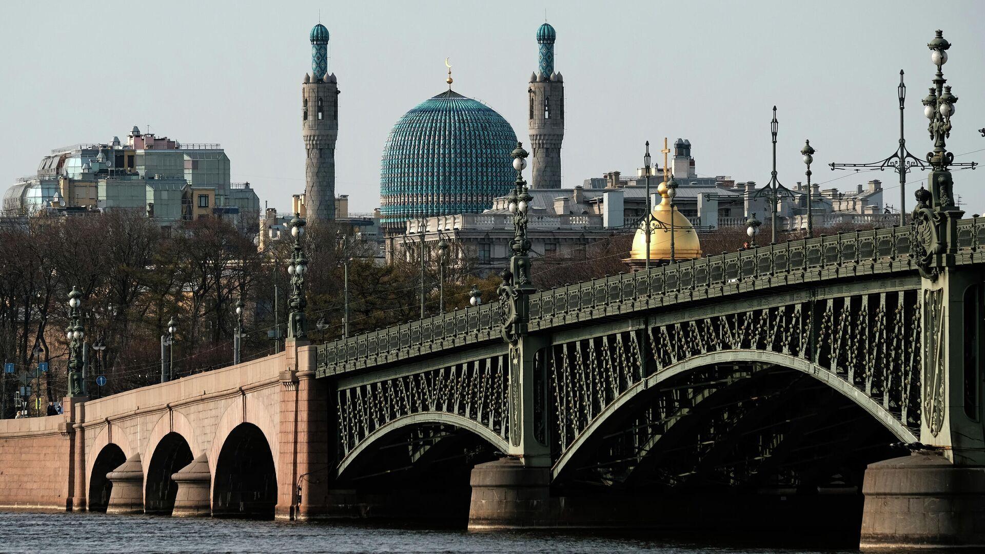 В Петербурге прогулочный теплоход въехал в Троицкий мост