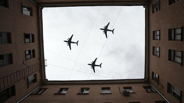 Тяжелый транспортный самолет Ил-76 на репетиции воздушной части парада Победы