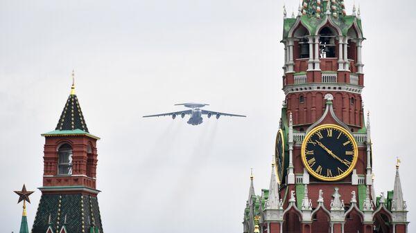 Тяжелый транспортный самолет Ил-76 на репетиции воздушной части парада Победы в Москве