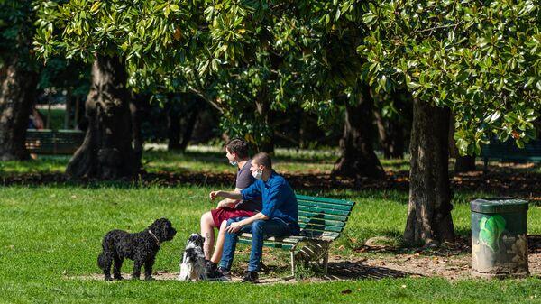 Отдыхающие в одном из парков Милана