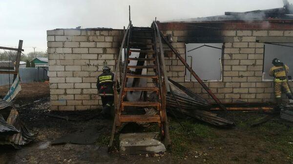 Сотрудники МЧС во время ликвидации пожара в частном доме в Раменском районе Подмосковья