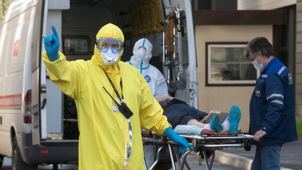 Бригада скорой помощи доставила пациента с подозрением на коронавирусную инфекцию в приемное отделение национального медицинского центра эндокринологии Минздрава России в Москве