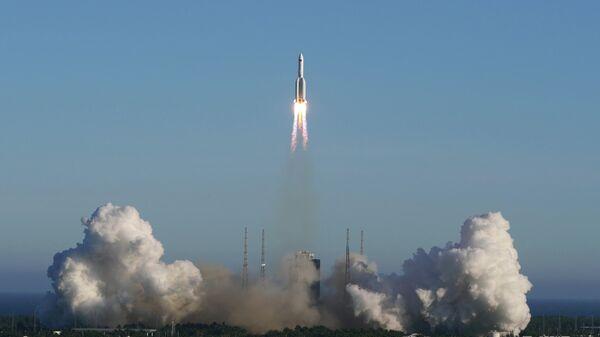 Ракета-носитель Чанчжэн-5B во время старта с космодрома Вэньчан