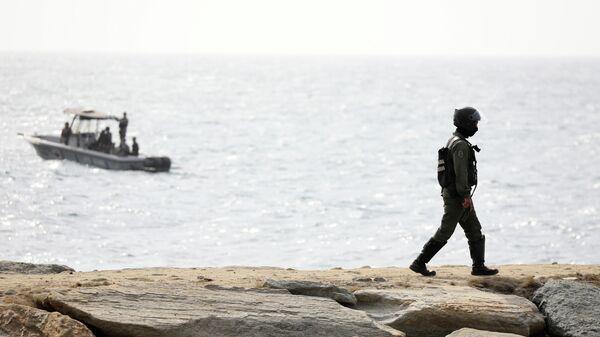 Сотрудник венесуэльского спецназа на побережье в Макуто