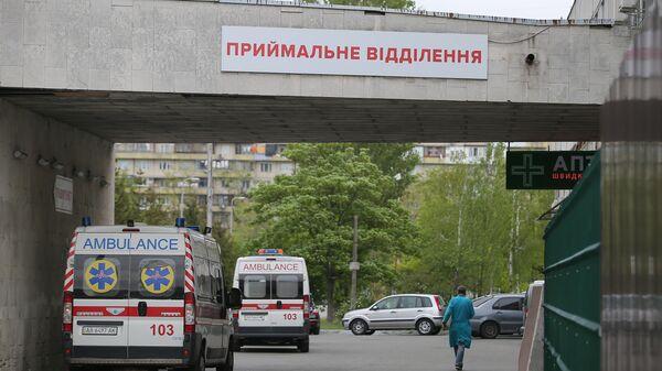 Автомобили скорой помощи у здания Киевской городской больницы скорой медицинской помощ