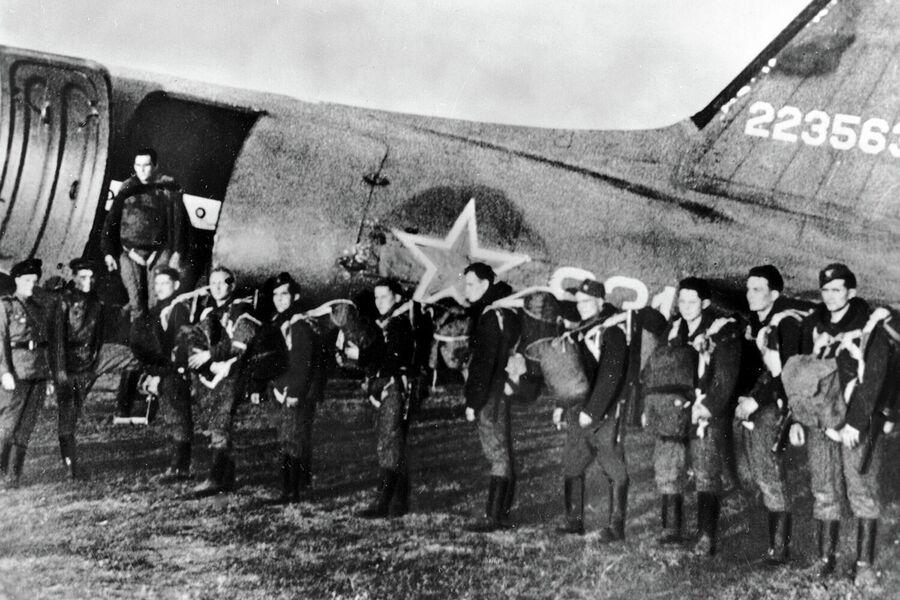 Группа партизан готовится к отлету в Словакию. ВеликаяОтечественная война 1941-1945 годов