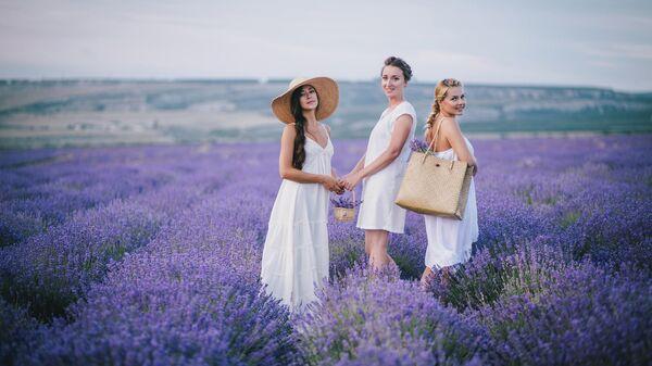 Девушки в поле с лавандой