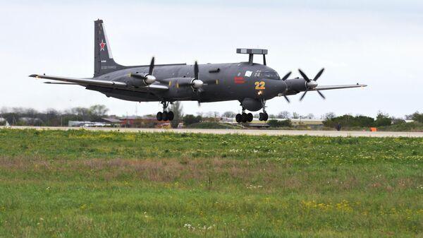 Самолет Ил-38Н идет на посадку на военном аэродроме в Ейске