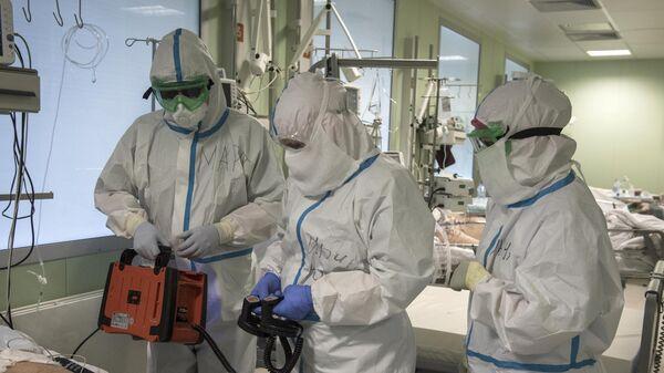 Врачи и пациент в отделении реанимации и интенсивной терапии госпиталя для зараженных коронавирусной инфекцией COVID-19 ФКЦ ВМТ ФМБА РФ