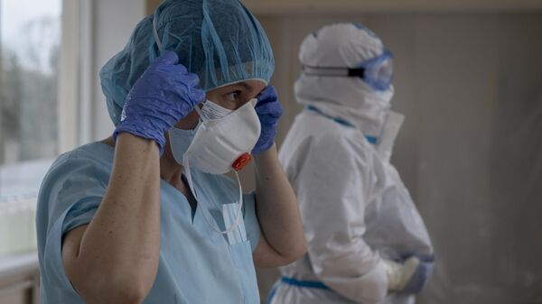 Врачи снимают с себя средства индивидуальной защиты в выходном шлюзе госпиталя для зараженных коронавирусной инфекцией COVID-19 ФКЦ ВМТ ФМБА РФ