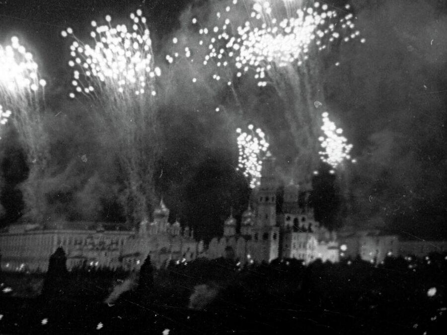 Салют в Москве в честь освобождения городов Орел и Белгород. Кадр из фильма Великая победа советского народа