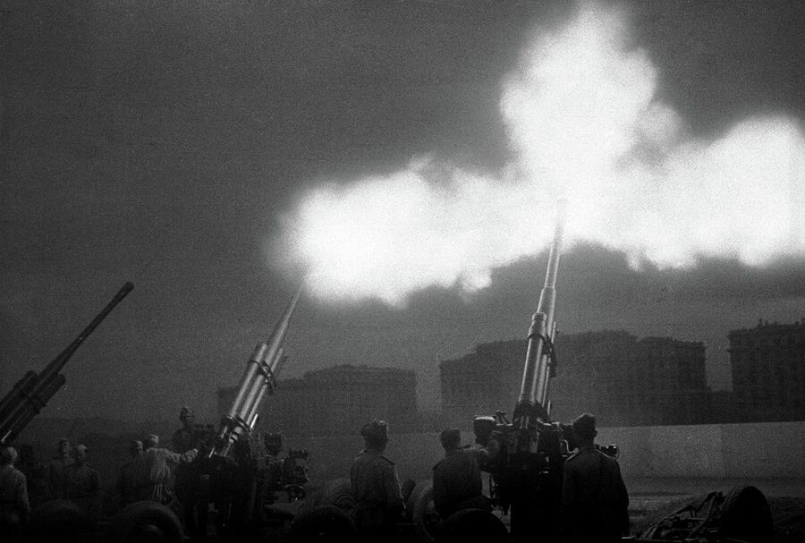 Артиллерийские расчеты салютуют воинам Советской Армии, освободившим город Киев