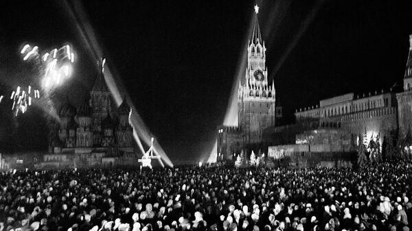 Салют на Красной площади в Москве по случаю Дня Победы 9 мая 1945 года