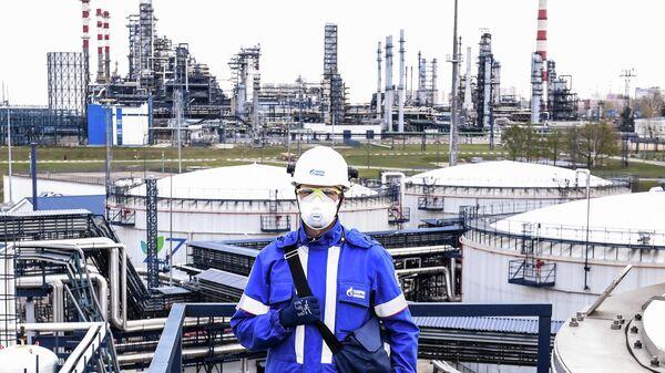 Максим Митрофанов - оператор комплекса переработки нефти Евро+ Московского НПЗ