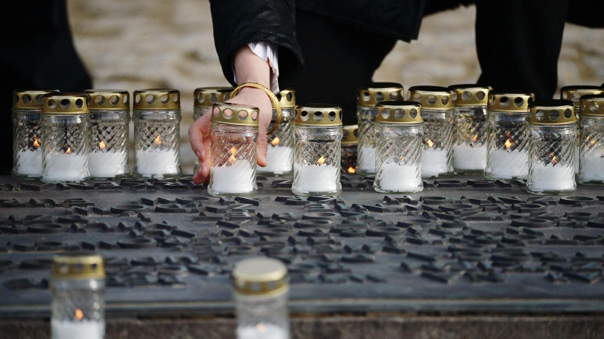 Свечи у мемориала на территории бывшего лагеря смерти Освенцим - РИА Новости, 1920, 25.02.2021