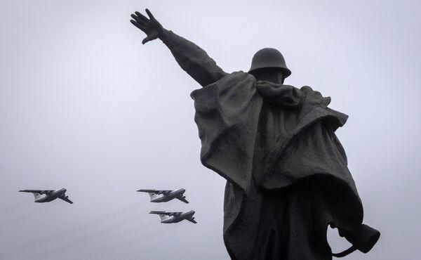 Тяжелые транспортные самолеты Ил-76 на воздушном параде Победы в Москве