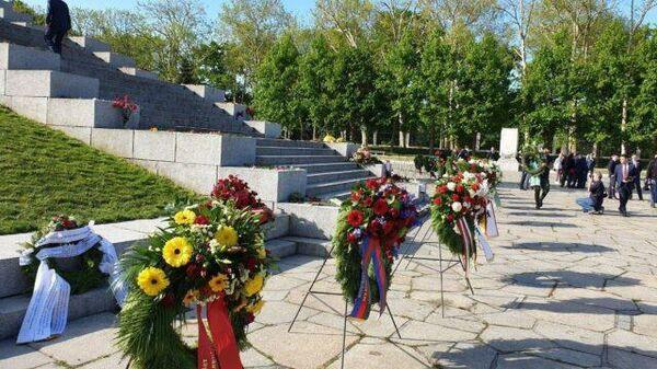 Церемония возложения памятных венков в берлинском Трептов-парке