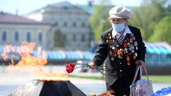 Участница ВОВ Рафика Калинина возлагает цветы к Вечному огню на площади у парка отдыха имени Горького в Казани