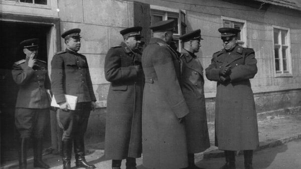 Решающий момент перед началом операции. Справа – командующий войсками 1-го Белорусского фронта маршал Г.К.Жуков. Второй слева – начальник штаба фронта генерал-полковник М.С. Малинин.
