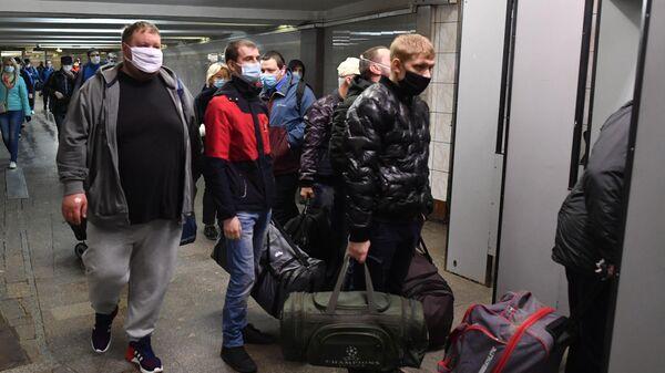 Пассажиры на станции Комсомольская Московского метрополитена