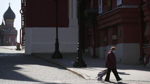 Женщина возле Воскресенских ворот в Москве
