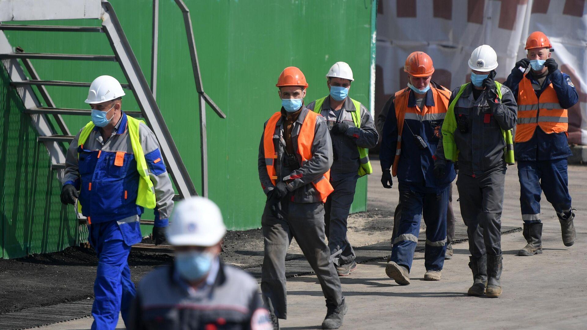 Рабочие в защитных масках во врем строительства станции метро Кленовый бульвар - РИА Новости, 1920, 11.11.2020