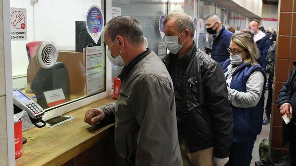 Пассажиры у касс на станции Комсомольская Московского метрополитена