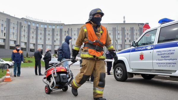 Сотрудники МЧС и полиции у больницы Святого Георгия в Санкт-Петербурге