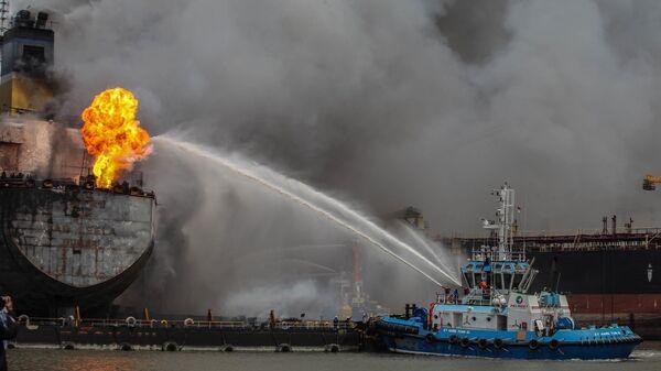Нефтяной танкер горит в порту Белаван, Индонезия
