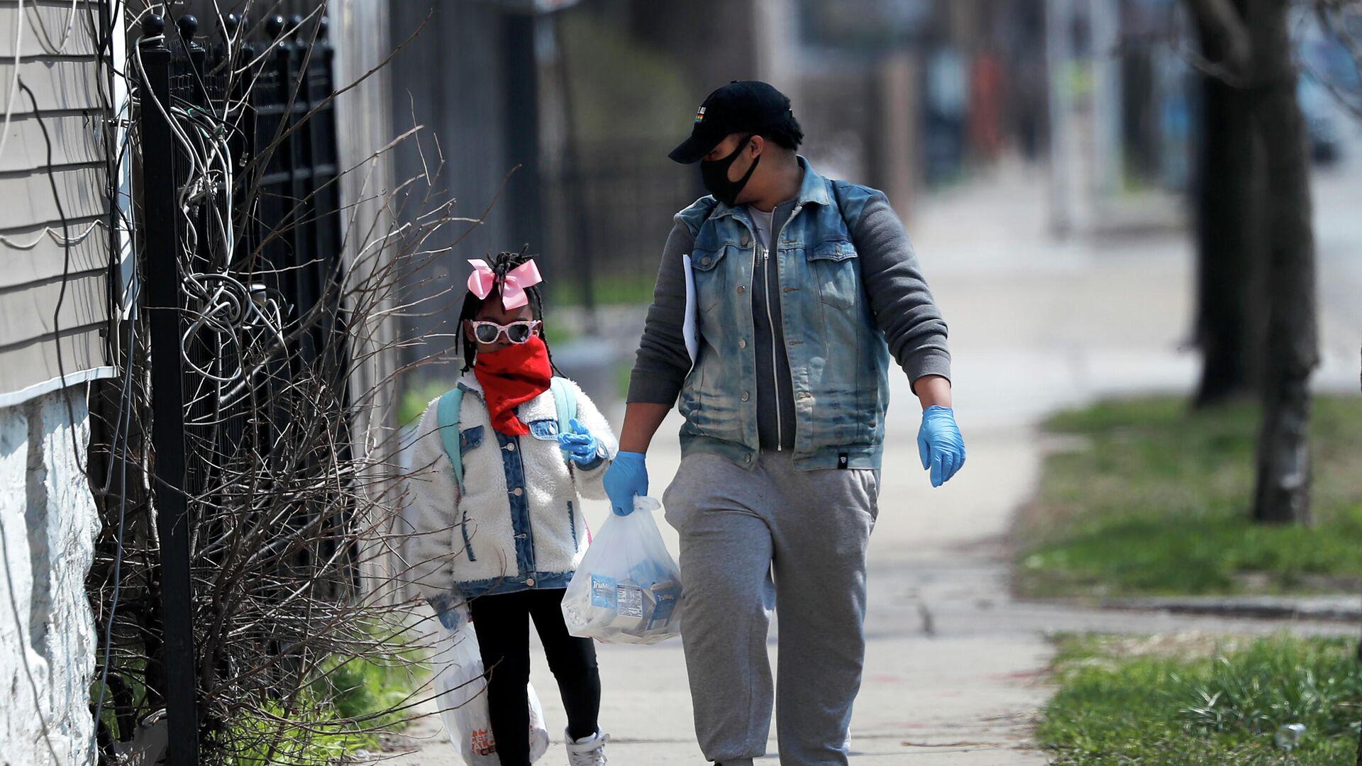 Мужчина с дочерью возвращаются домой после окончания занятий в школе на юге Чикаго, США - РИА Новости, 1920, 05.10.2020