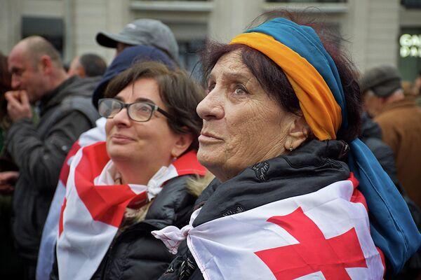 Участники акции в Тбилиси, организованной бывшей правящей в Грузии партией Единое национальное движение