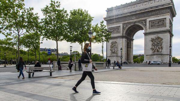 Прохожие у Триумфальной арки в Париже
