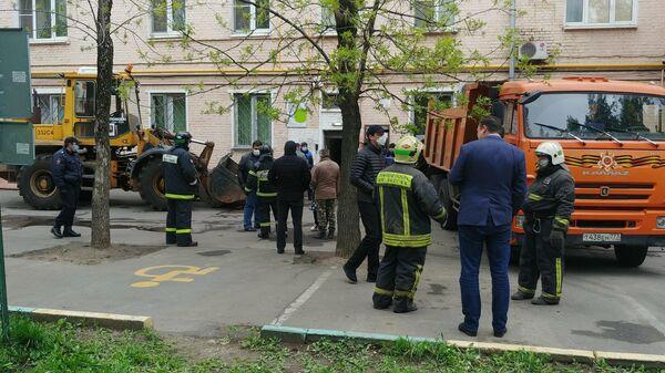 Оперативные службы около жилого дома на юго-востоке Москвы, где произошло обрушение перекрытий