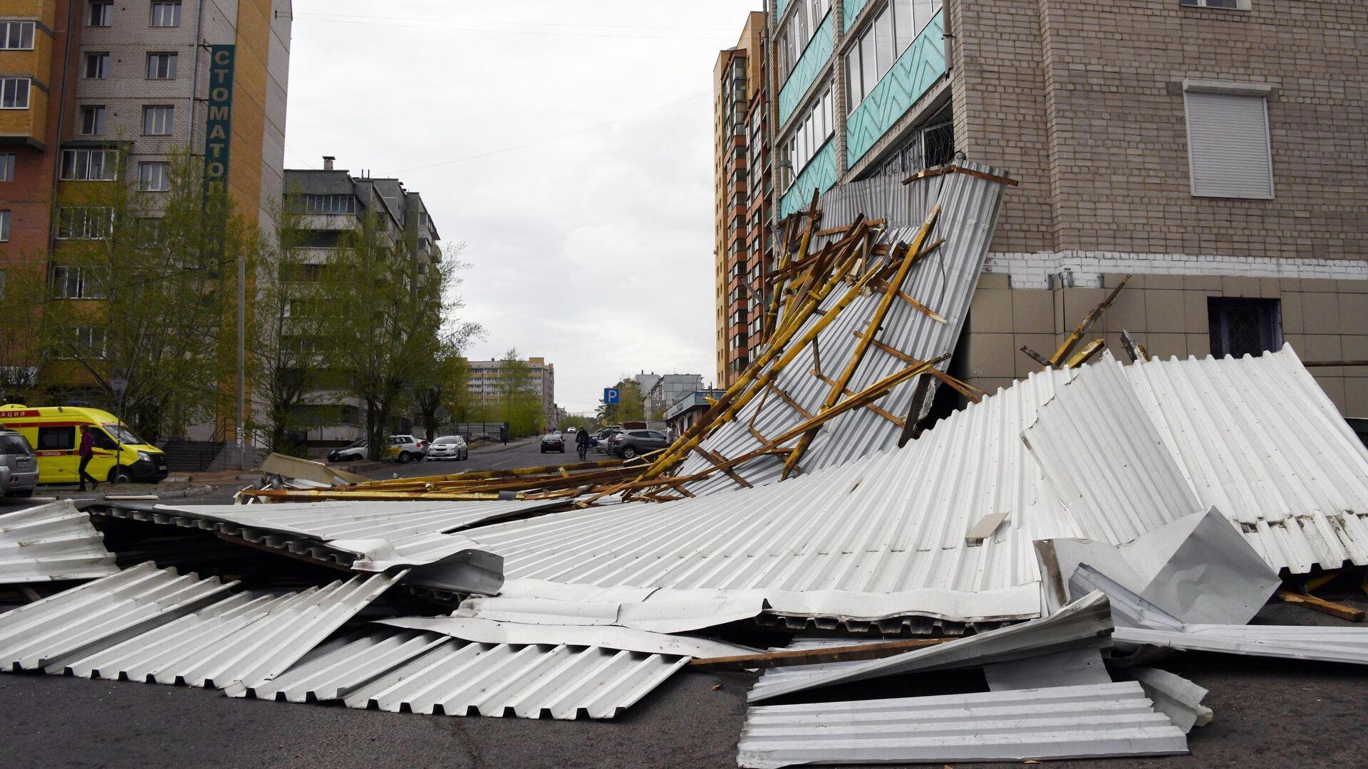 Разрушенная кровля здания - РИА Новости, 1920, 10.02.2021