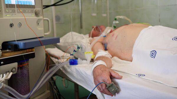 Пациент в отделении реанимации и интенсивной терапии городской клинической больницы имени В. В. Виноградова, переоснащенной для лечения пациентов с  COVID-19
