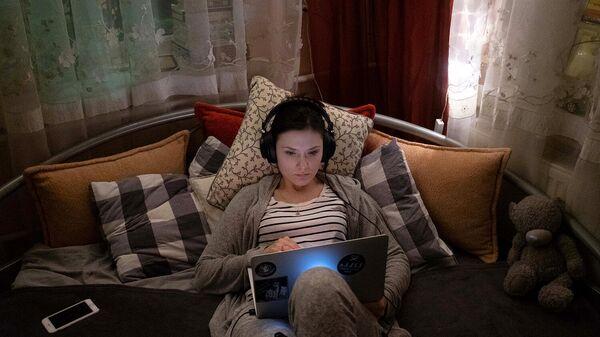 Девушка с ноутбуком во время самоизоляции