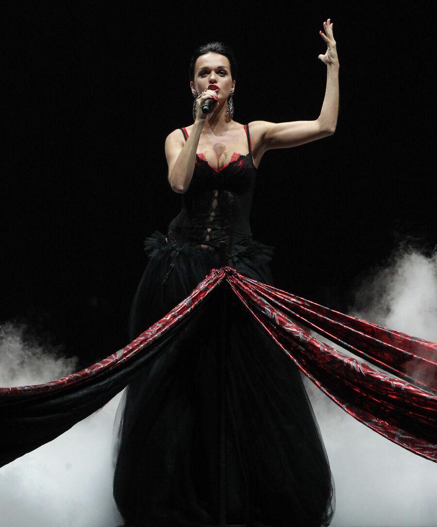 Певица Слава выступает на церемонии награждения музыкальной премией Муз-ТВ 2011 в спорткомплексе Олимпийский в Москве