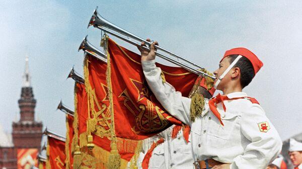 Участники парада на Красной площади в Москве, посвященного празднованию 50-летия Советской власти и 45-летия Всесоюзной пионерской организации имени В.И.Ленин
