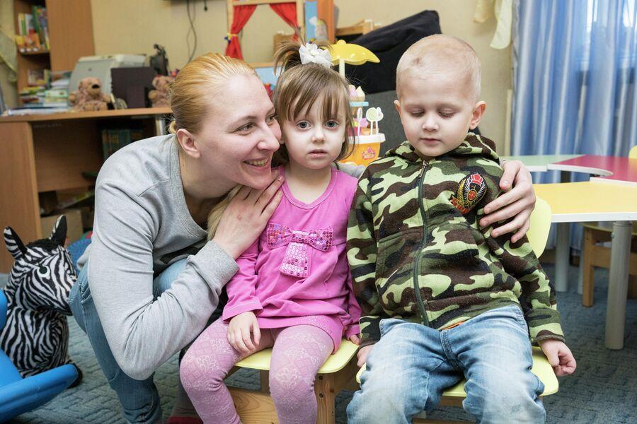 Кристина с сыном и дочерью